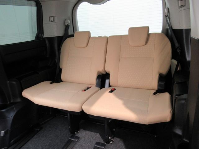 【サードシート】この車両は3列目のシートを備えた●人乗りです。3列目も大人が十分乗れるサイズです。サードシートは格納できるので格納すれば大きなラゲッジスペースになります。