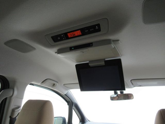 【後席モニター】後部座席の方が退屈しないための後席モニター装備しています。DVDを流すもよしテレビを見るもよし。長距離ドライブやお子様を後席にお乗せの方には大変重宝します。