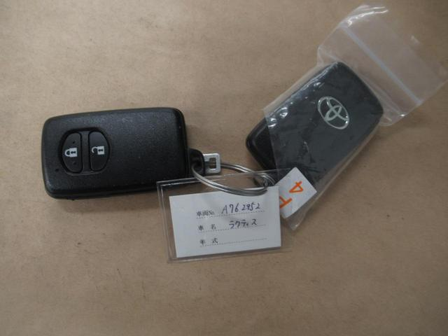 キーを取り出すことなくドアの施開錠、エンジンの始動が可能で便利な「スマートキー」付きです!!!