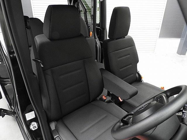 落ち着いた雰囲気で汚れの目立ちにくい、ブラックを基調としたシート廻りです。