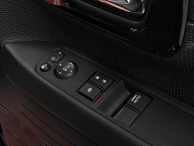 電動格納式ドアミラーや、ドアミラーの角度調整機能も装備。
