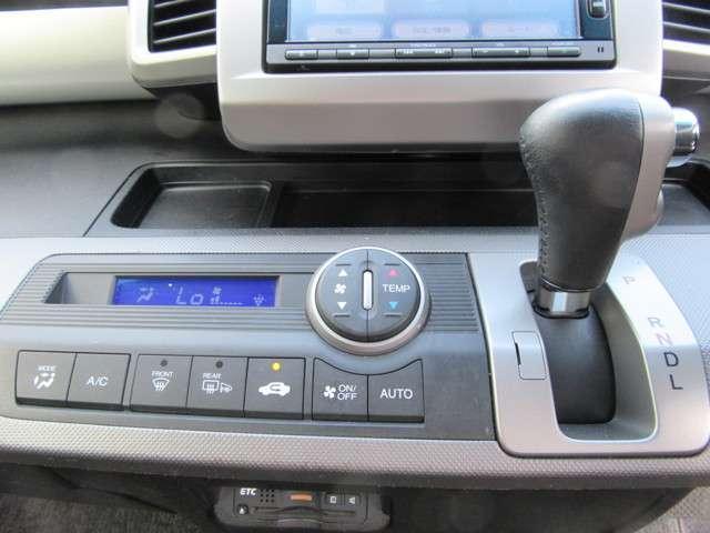 オートエアコン装備しております。車内が快適で、長距離でのドライブでも安心ですね。