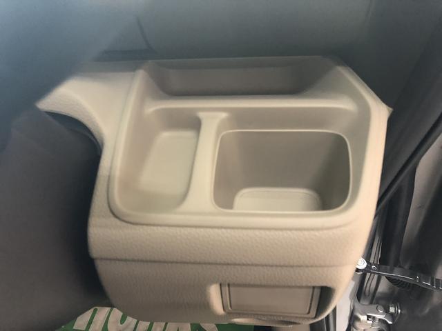 運転席側のドリンクホルダー。仕切りで小さなスペースもあって小銭などを置いておくのに便利♪