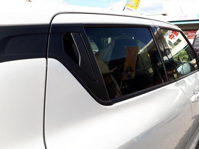 後席のドアはスポーティなピラーマウントドアハンドルを採用。ウィンドウ部分にドアノブが付いています。