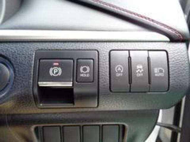電動パーキングブレーキはシフトレバーをPに入れると自動で作動し、ブレーキを踏みながらDなどP以外にシフトすると解除されるオート機能付き