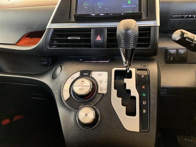 シフトレバー・オートエアコン操作パネル 【オートエアコン】とは、一度室温を設定すると、後はエアコンが風量や吹き出し温度を、室温センサーや日射センサーなどで計測し、自動的にコントロールしてくれます。