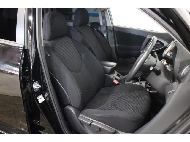 黒基調でスポーティな雰囲気のフロントシート。アイポイントも高く疲労も少ないです。