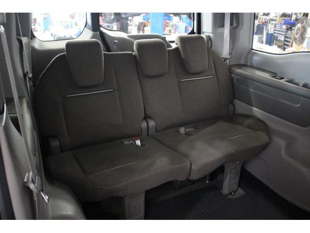 3列目のシートを左右に分割して床下格納できるマジックシート