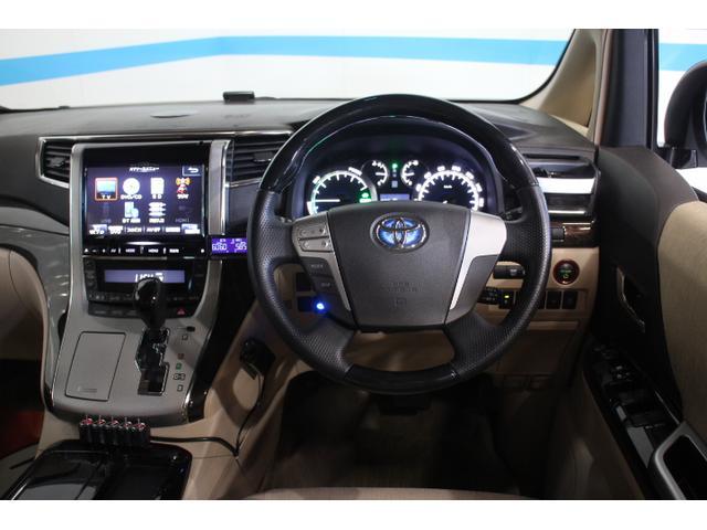 スピードメーターデザインやシート表皮、木目色の変更により、高級感をさらに高めている。