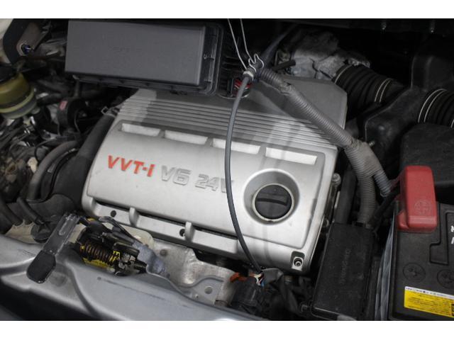 水冷V型6気筒DOHC 最高出力220ps(162kW)/5800rpm最大トルク31.0kg・m(304N・m)/4400rpm