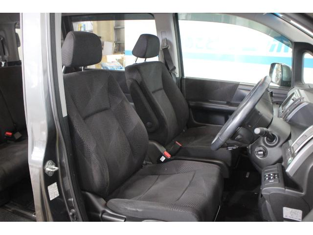 死角となる左フロントタイヤ前方を、ドアミラー前側に設置したミラーに反射させて、助手席側フロントピラーの室内鏡に映し、ドライバーから確認できるサイドビューサポートミラーを標準装備する。