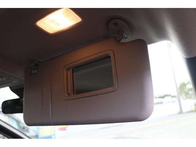 バニティミラーは助手席と運転席装備