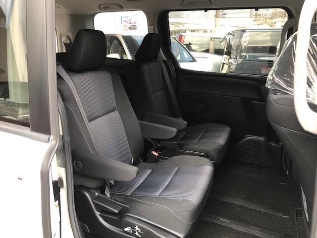 室内では、7人乗り仕様車のセカンドシートに、横スライド機構とワンタッチスペースアップサードシートの組み合わせで超ロングスライド(スライド量810mm)を実現したキャプテンシートを採用。
