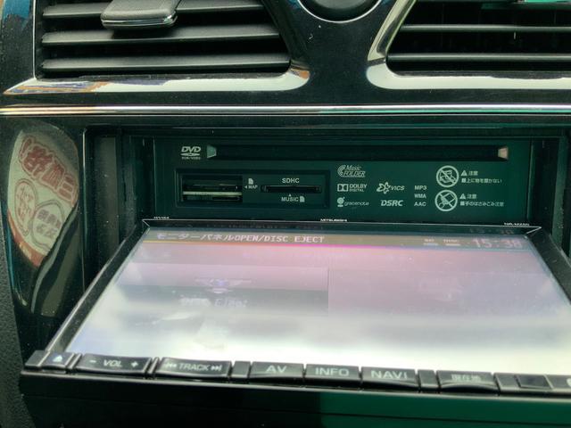 DVDプレーヤーや各種USB端子等もボタン一つでモニタが開閉してその裏にセットされています。