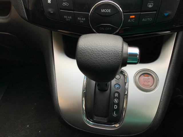 シフトレバーのグリップもしっかり。スタートボタンの横についています。