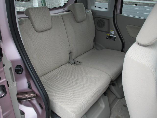リヤシートは天井も高く広々快適空間!足元も軽とは思えない広さ。左右シートが別々に動くのでアレンジ色々