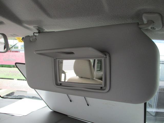 サンバイザーにはミラーが付いています!車内で身だしなみを整えられるのは嬉しいですね