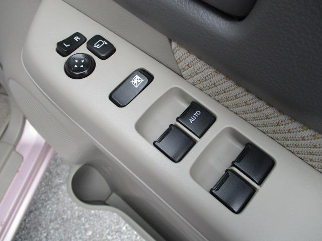 電動格納式ミラーのスイッチとパワーウインドーのスイッチです!運転席はオート機能が付いています!