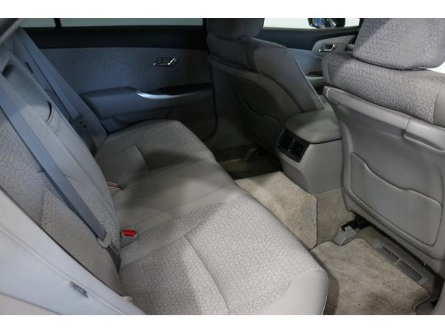 後席の足元も広く、ゆったりと座ることができます。