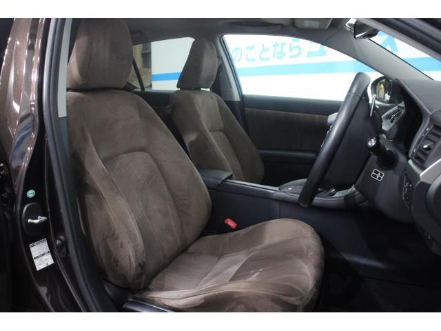 運転操作にかかわるスイッチやシフトノブなどを運転席まわりに集約させることで、操作性を高め、ドライビングコクピットとしての包まれ感も演出。