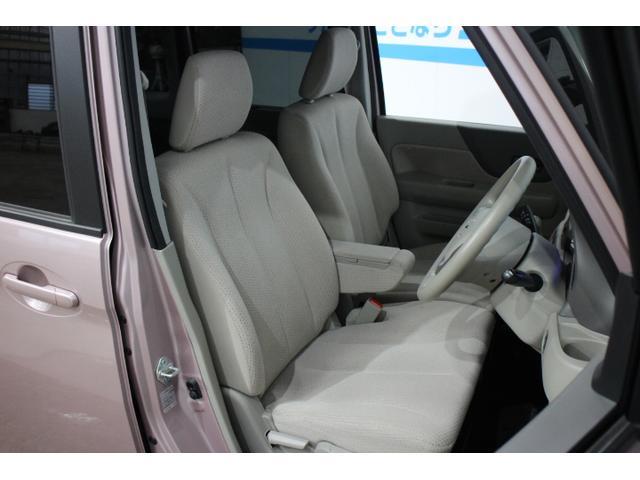 開放的な明るい色使いのフロントシート