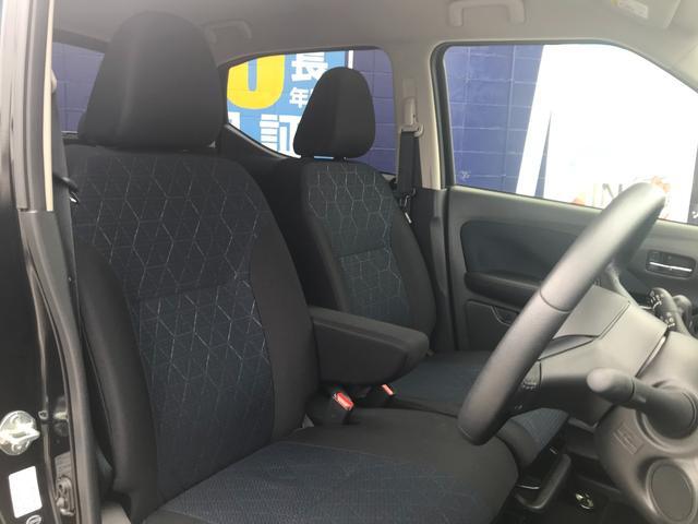 シートには、凹凸感のある生地にハニカム調エンボス加工を施し、タフで機能的なイメージを表現