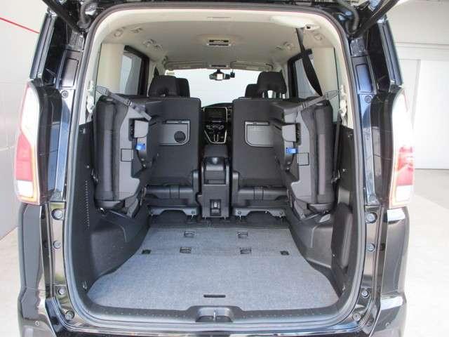 サードシートは簡単に跳ね上げ出来ますので荷物が多い時も楽です。