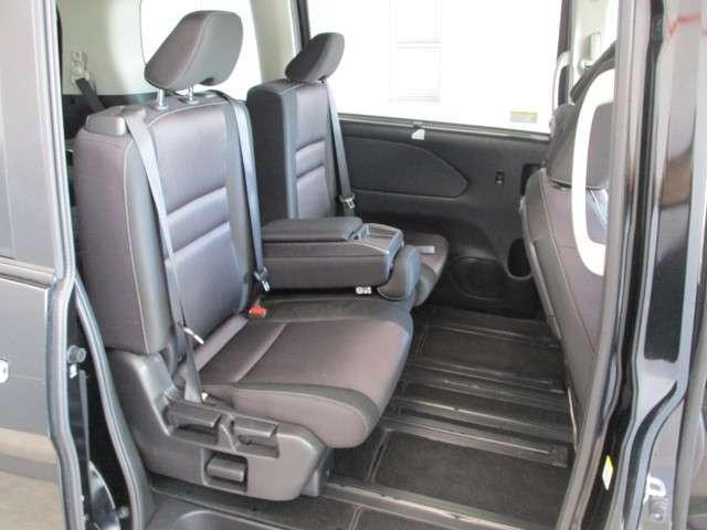 左セカンドシートは左右に動くのでいろいろアレンジができて便利です。