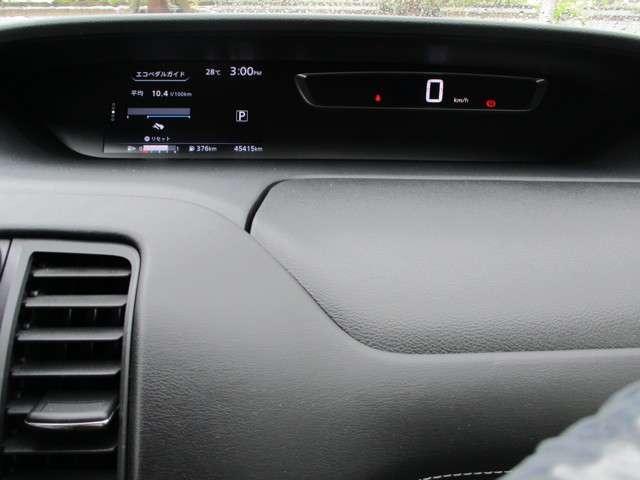 明るくデジタルで見やすいメーター類。メーター中央の車両ディスプレイが様々な情報へ切り替え可能です。
