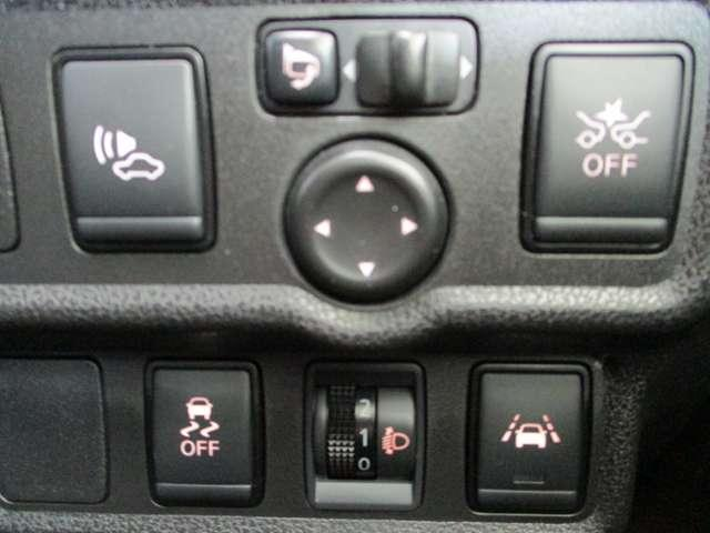 コントロールスイッチ類。車線逸脱警報のON・OFF操作や、ミラー調整、エマージェンシーブレーキコントロールが出来ます。