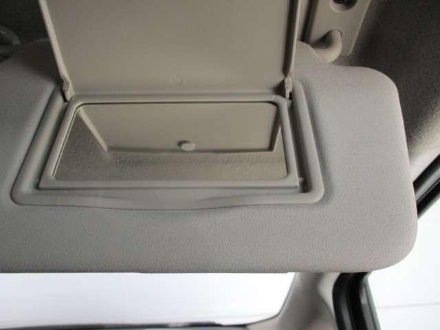 運転席に鏡のついたバニティミラーを搭載