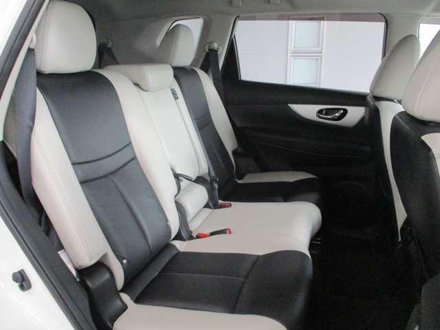 後部座席はスライドして広さを調整出来ます。