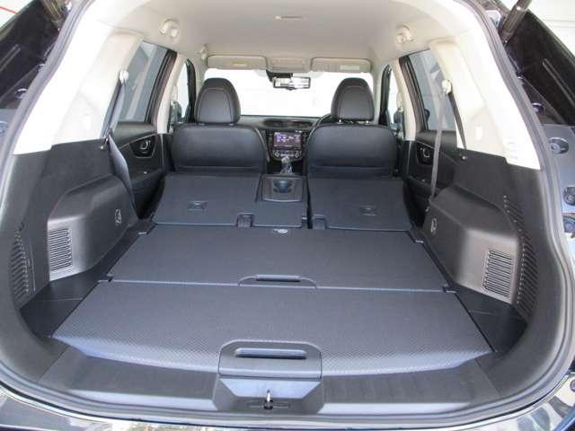 さらに後部座席を倒すと荷物スペースが広がります。
