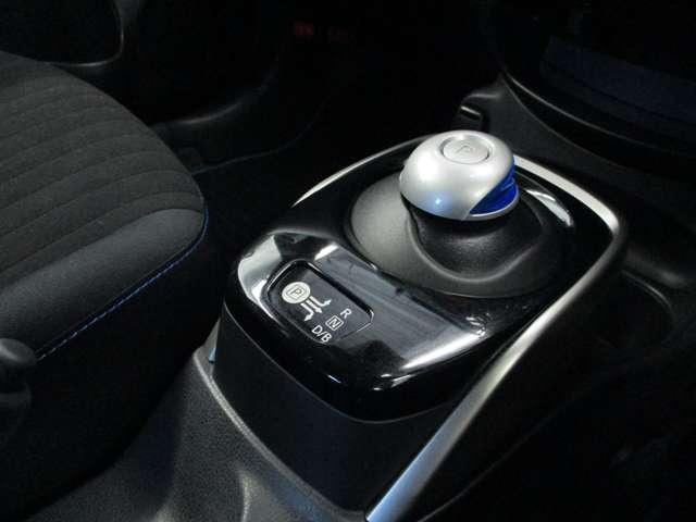 e-POWER専用のシフトレバーです。ドライブ、バック、ニュートラルの3つの操作だけ。