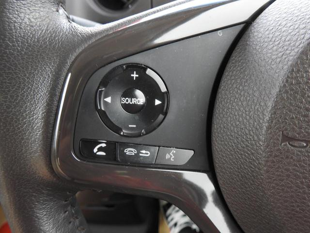 ハンドル左側ステアリングスイッチ!!ナビの音量調節などの操作もハンドルからできます☆