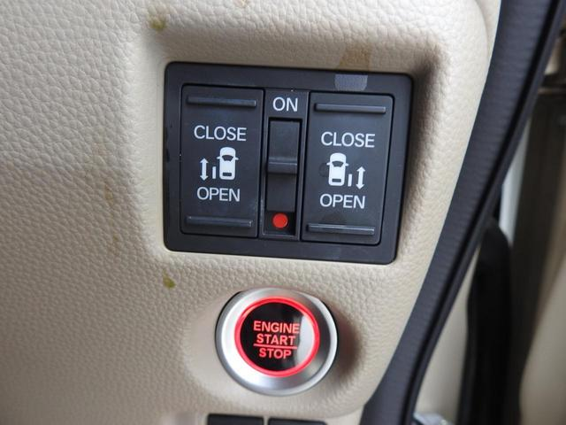 プッシュスタートであり、両側パワースライドドアのスイッチはハンドル右側にもあり、運転手席からでも開け閉めの操作ができます!!!