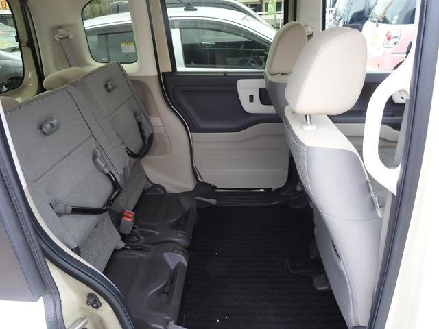 後部座席は、後ろに上げることもできます。高さのある荷物が置けるようになります♪
