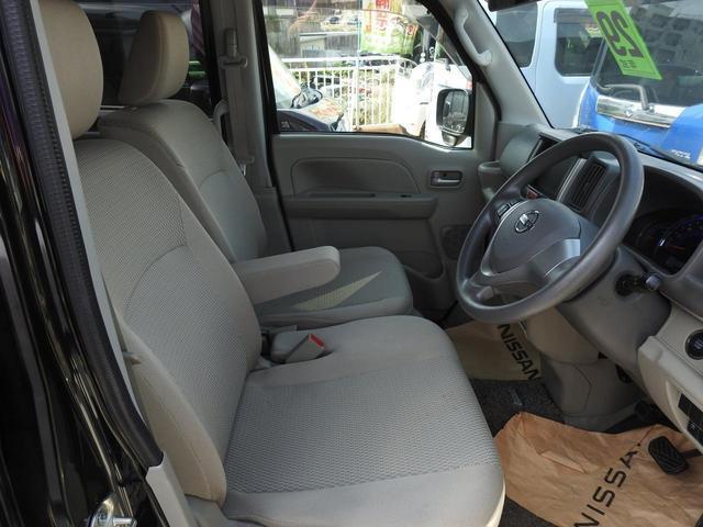 後部座席は足元に収納できます。空間を広く使えるシートアレンジです。