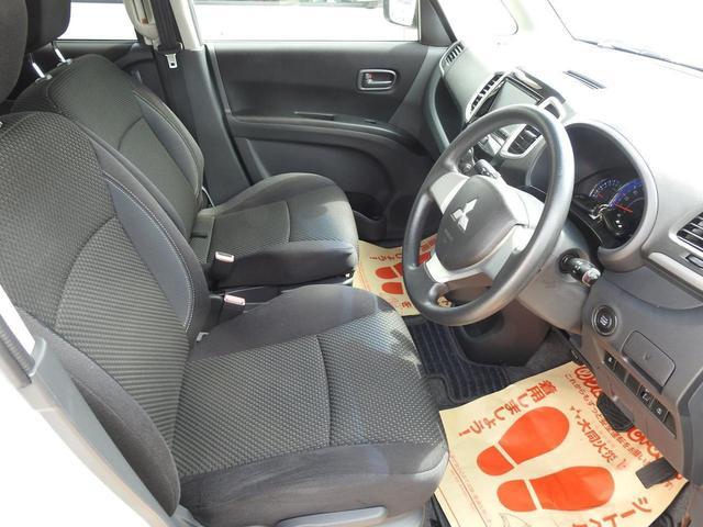 運転席はアームレスト付きです。長時間の運転に役立ちます。