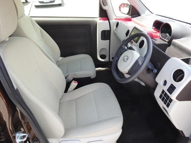 運転席と助手席にはアームレストが付いていて、長時間の運転をサポートします。