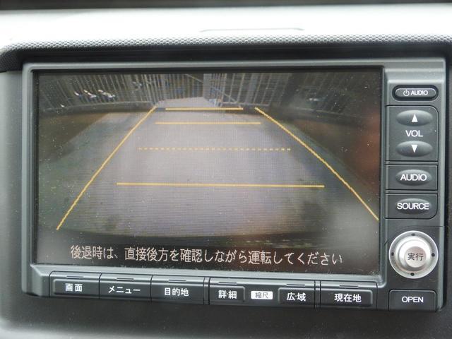 バックモニター風景。運転席からは見えない場所もモニターでサポート。黄色のラインは・点線がバックドア開閉可能ライン・一番手前の黄色の線が0.5m・二番目の線が2m・3番目の線が3mです。