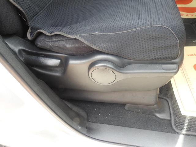 左側が、背もたれの上げ下げレバーで、右側がシートの高さ調節レバーです。