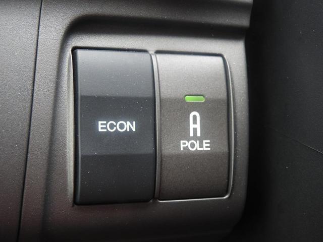 左側は、省燃費制御モードスイッチです。アイドリングストップと同じ機能です。右側は、コーナーポールスイッチです。