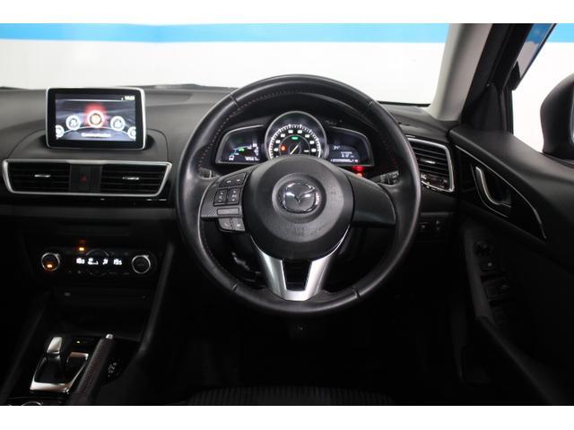 凝縮感のあるドライバーオリエンテッドな空間と、開放的で心地よいパッセンジャー空間を両立し、ステアリングホイールや単眼メーターとドライバーの体の中心を同軸にレイアウト、クルマとドライバーの一体感を演出。