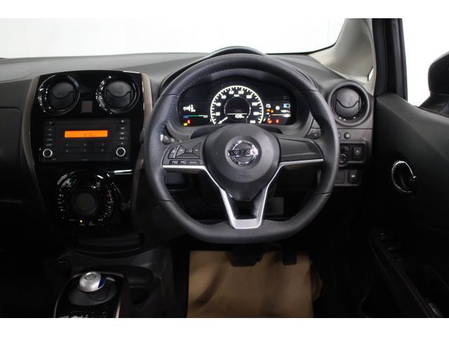 インストルメントパネルの上部に波紋をイメージしたキャラクターラインを採用し、運転席では包まれ感を、助手席では開放感を感じられるデザインに仕上げた。