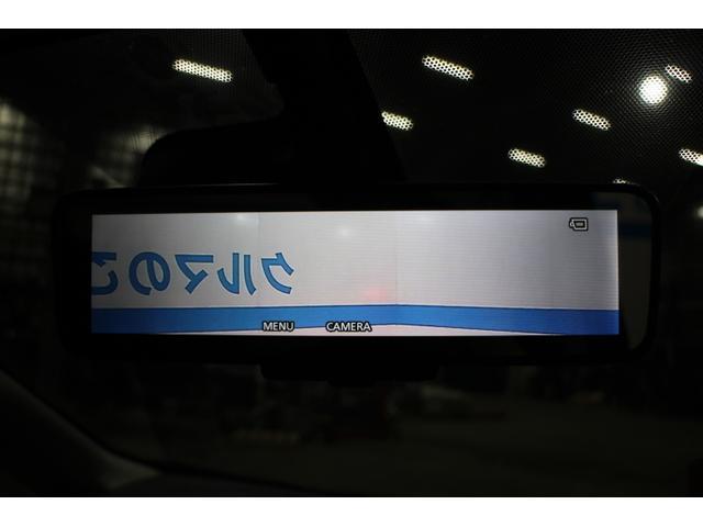 インテリジェントルームミラーは、乗員、ヘッドレストなどでさえぎられがちなルームミラーの後方視界をクリアに保ちます。車室内の状況にかかわらず、車両後方にあるカメラの画像をルームミラーに映し出します。