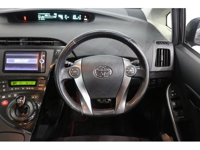 オーディオや空調、「エコドライブモニター」などの操作が可能なステアリングスイッチの指の触れた場所を、センターメーターに表示する世界初の「タッチトレーサーディスプレイ」