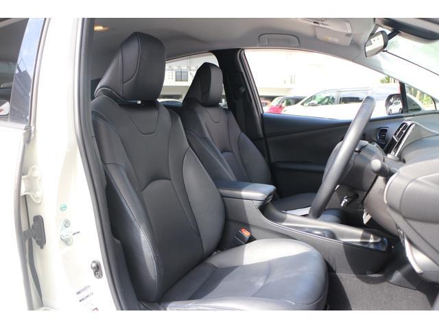 ホールド性と快適性を兼ね備えたブラックレザー調シート、(シートヒーター機能付き)