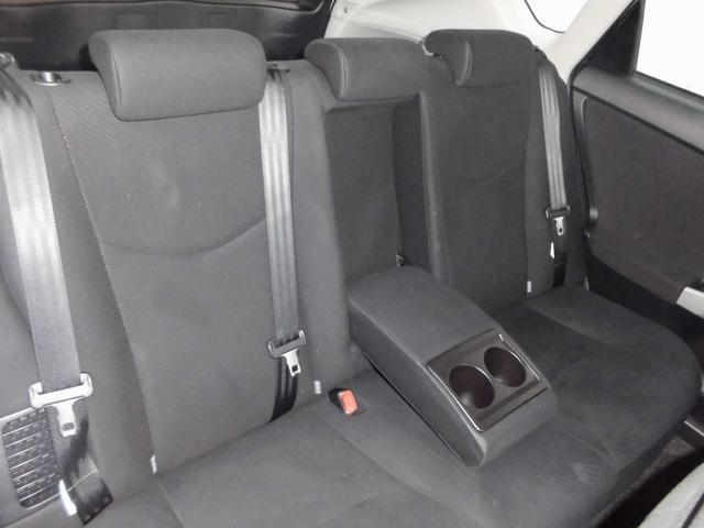 リヤシートにはアームレストにカップホルダーも装備