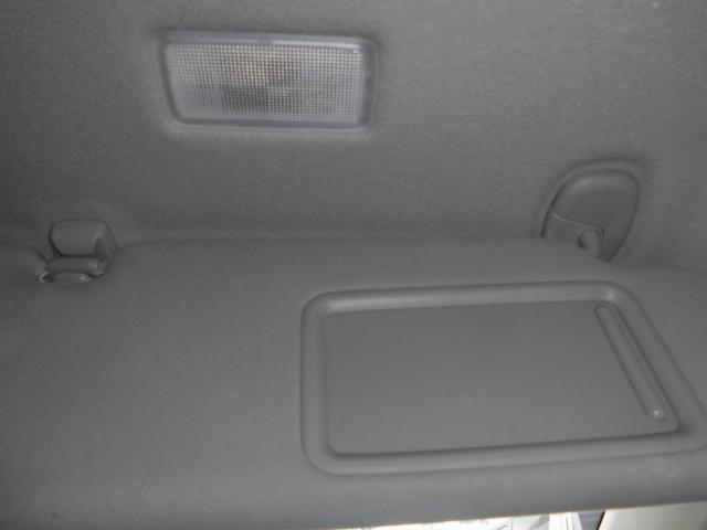 運転席&助手席はバニティミラー&天井照明付ファブリック張りサンバイザー